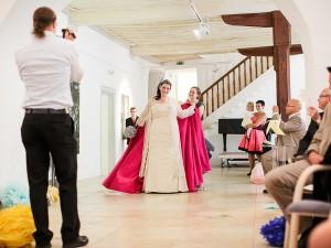 Friederike Delong bei ihrem Einzug zur Trauung bei ihrer Hochzeit als Trautante