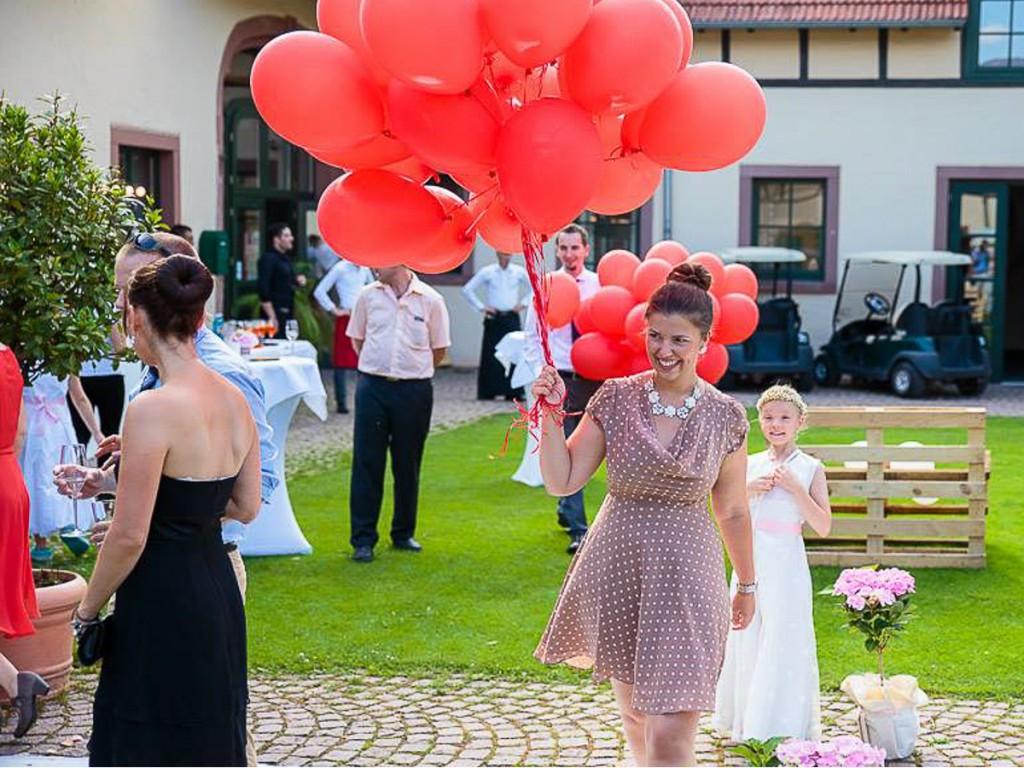nina-ossenfort-als-hochzeitsplanerin-der-agentur-traumhochzeit-im-blog-der-traurednerin-und-trautante-friederike-delong-luftballons-hochzeit