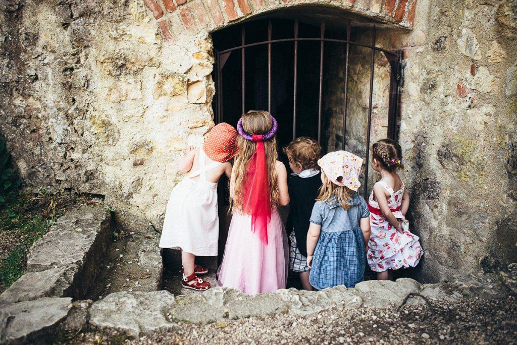 Kinder bei einer freien Trauung mit der Trautante Friederike Delong Foto von Ines Njers Hochzeitsmotto Mittelalter
