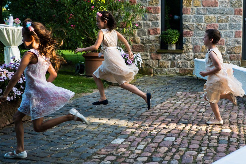Kinder bei einer freien Trauung mit der Trautante Friederike Delong Foto von Steven Herrschaft Hochzeitsmotto Wasser