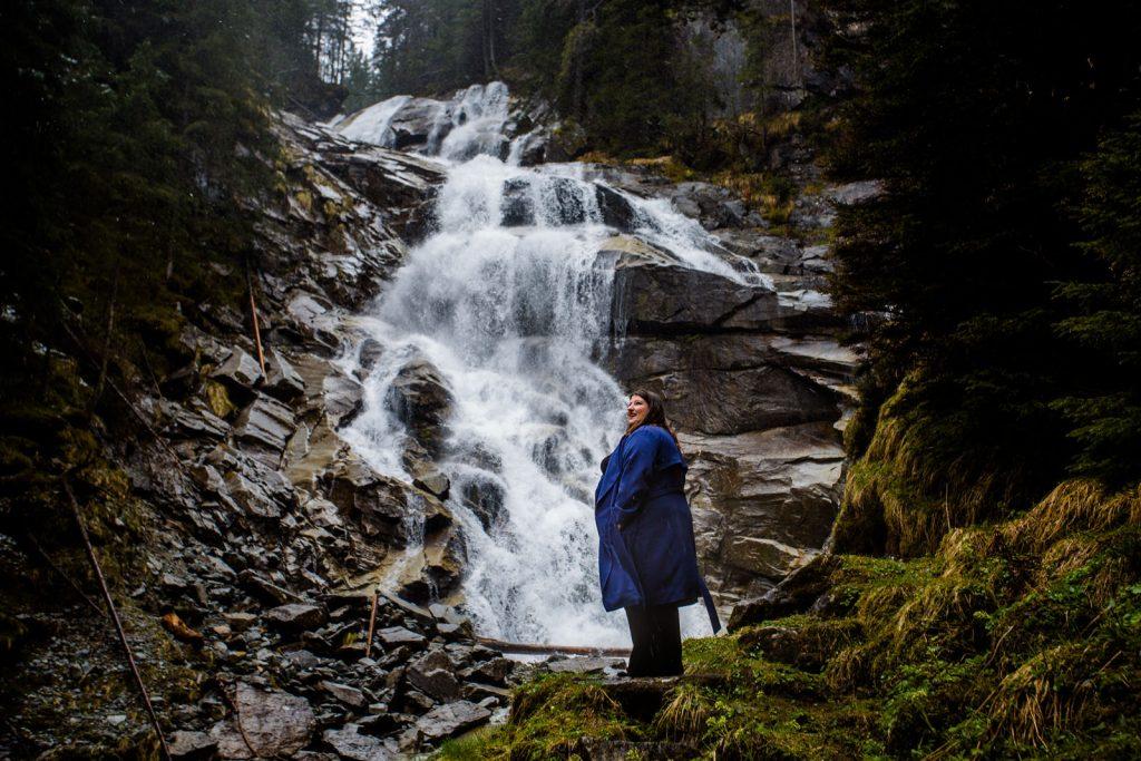 Friederike Delong als Traurednerin im Raurisertal in Österreich beim Spaziergang am Wasserfall in Bad Gastein