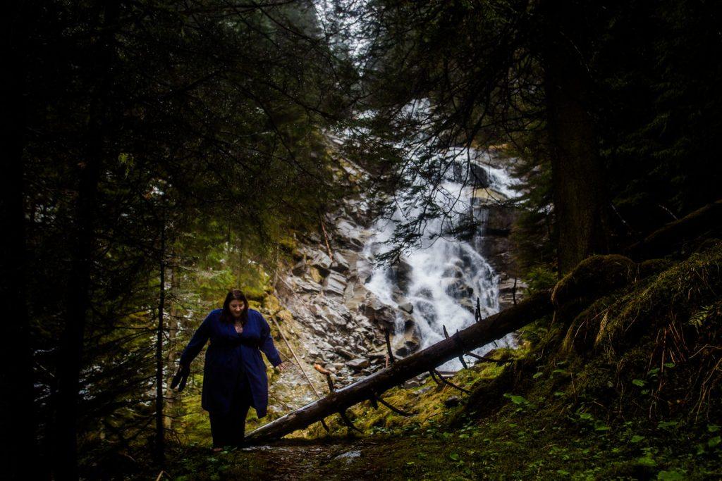 Friederike Delong als Traurednerin im Raurisertal in Österreich beim Spaziergang am Wasserfall in Bad Gastein als Symbolbild für Datenschutz für Trauredner