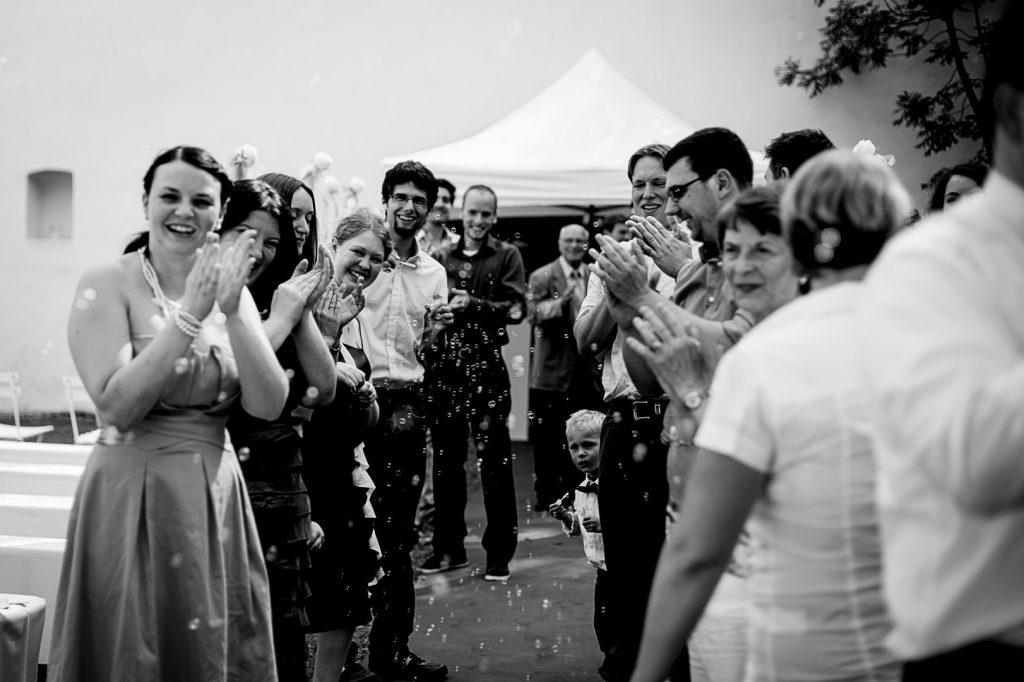 Applaus am lilienhof in ihringen bei freiburg im schwarzwald mit vorbereitung freie trauung im schwarzwald mit traurednerin trautante friederike delong