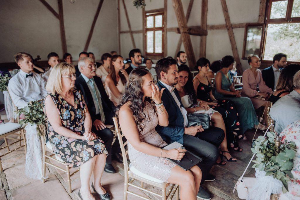 Gäste bei freie trauung mit friederike delong als trautante im burghof in brombachtal im odenwald von candida und max-jan