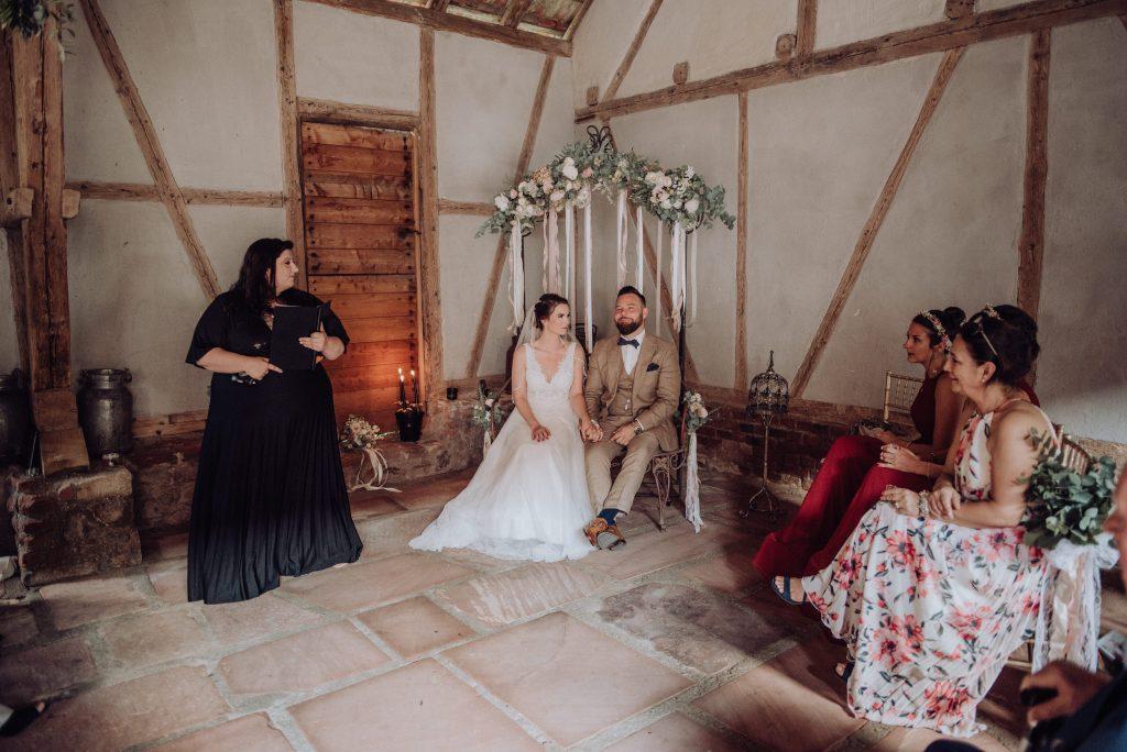Brautpaar bei freie trauung mit friederike delong als trautante im burghof in brombachtal im odenwald von candida und max-jan