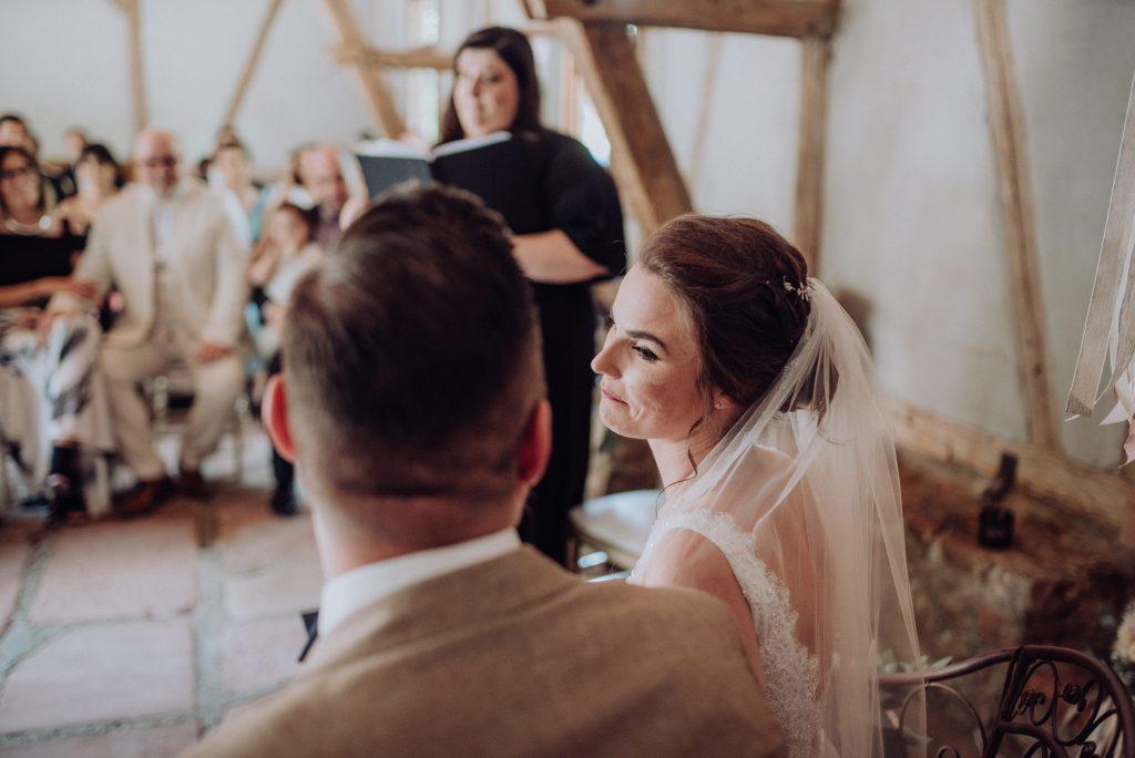 Braut bei freie trauung mit friederike delong als trautante im burghof in brombachtal im odenwald von candida und max-jan