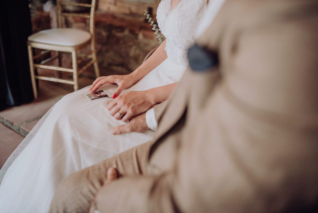 Hände haltendes Brautpaar freie trauung mit friederike delong als trautante im burghof in brombachtal im odenwald von candida und max-jan