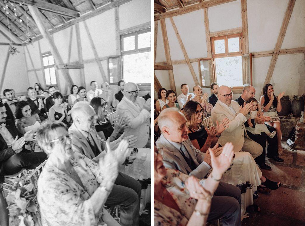 jubel bei freie trauung mit friederike delong als trautante im burghof in brombachtal im odenwald von candida und max-jan