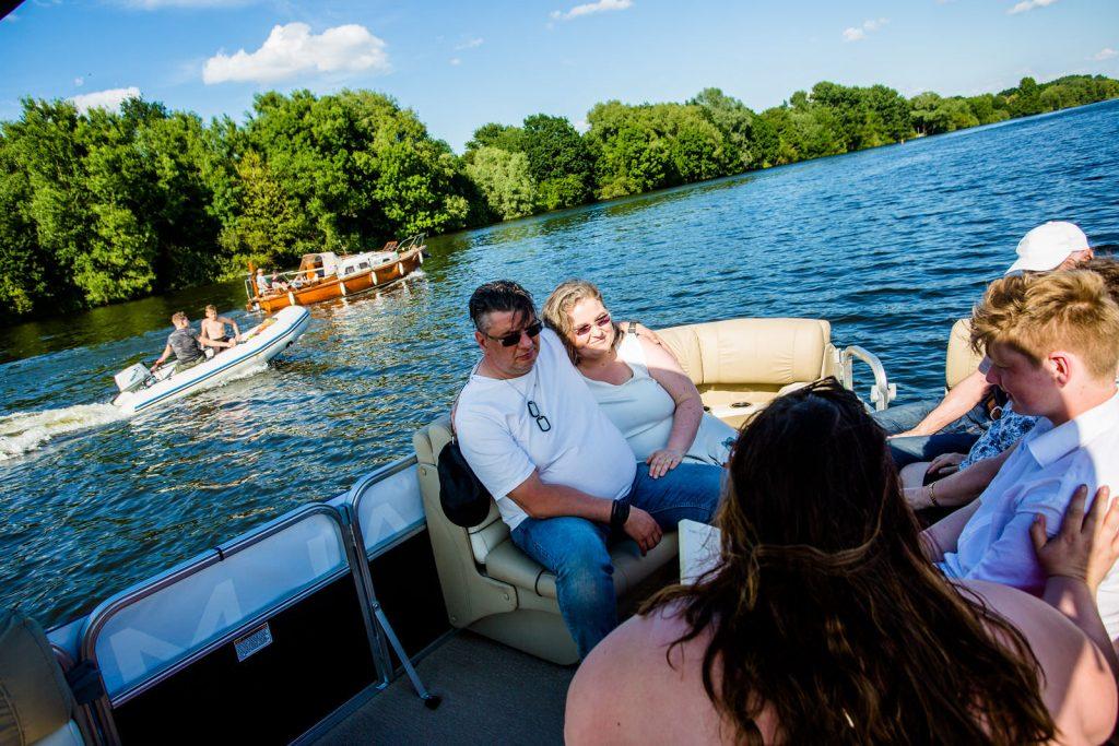 Brautpaar bei freie trauung bei hochzeit in hamburg auf dove elbe bei bergedorf auf dem boot mit traurednerin trautante friederike delong festgehalten von steven herrschaft