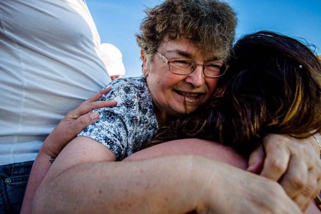 Brautmutter bei freie trauung bei hochzeit in hamburg auf dove elbe bei bergedorf auf dem boot mit traurednerin trautante friederike delong festgehalten von steven herrschaft