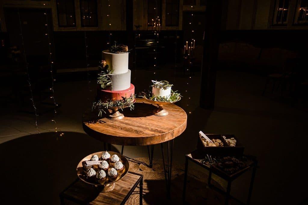 Hochzeitstorte und Sweet Tablebei Bekräftigungszeremonie BEZZI mit freie Trauung bei Hochzeit mit Traurednerin Trautante Friederike Delong von Hochzeitsfotograf Steven Herrschaft