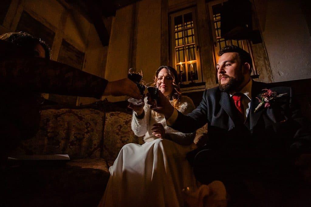 Anstoßen als Trauritual bei Bekräftigungszeremonie BEZZI mit freie Trauung bei Hochzeit mit Traurednerin Trautante Friederike Delong von Hochzeitsfotograf Steven Herrschaft
