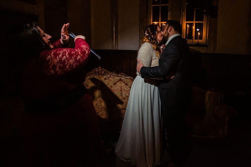 Kuss bei Bekräftigungszeremonie BEZZI mit freie Trauung bei Hochzeit mit Traurednerin Trautante Friederike Delong von Hochzeitsfotograf Steven Herrschaft