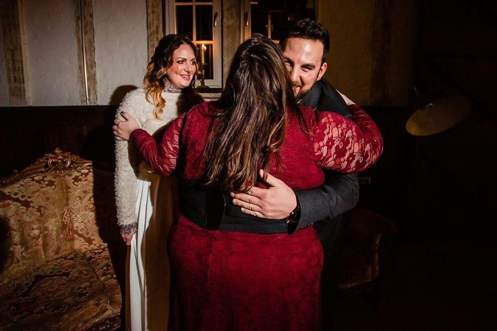 Gratulation bei Bekräftigungszeremonie BEZZI mit freie Trauung bei Hochzeit mit Traurednerin Trautante Friederike Delong von Hochzeitsfotograf Steven Herrschaft
