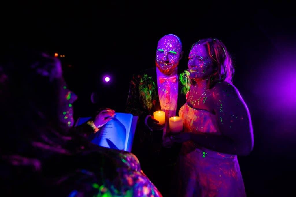 freie-Trauung-Schwarzlicht-Holi-Pulver-Ritual-in-Wiesbaden-mit-Traurednerin-Trautante-Friederike-Delong-und-Hochzeitsfotograf-Steven-Herrschaft