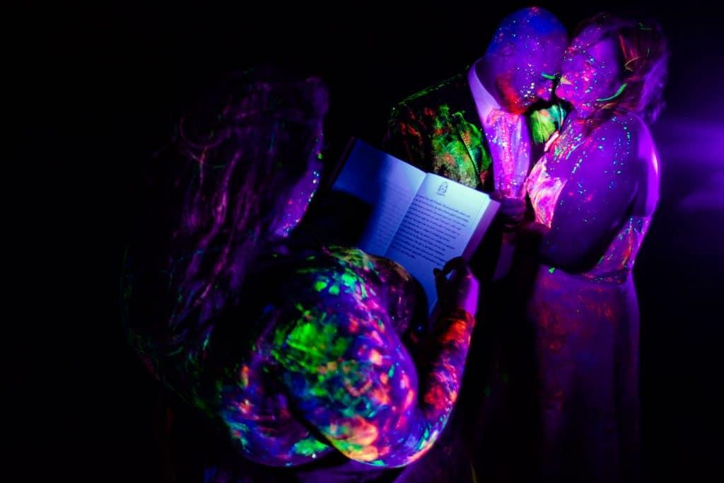 Bekräftigungszeremonie schwarzlicht holi holipulver BEZZI mit freie Trauung bei Hochzeit mit Traurednerin Trautante Friederike Delong von Hochzeitsfotograf Steven Herrschaft